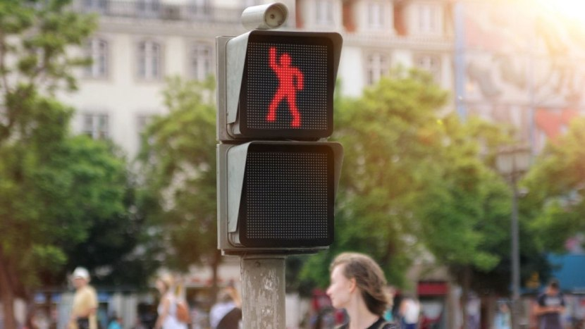 The-Dancing-Traffic-Light.No-Comment